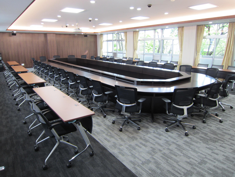国立大学法人三重大学 (役員会議室)